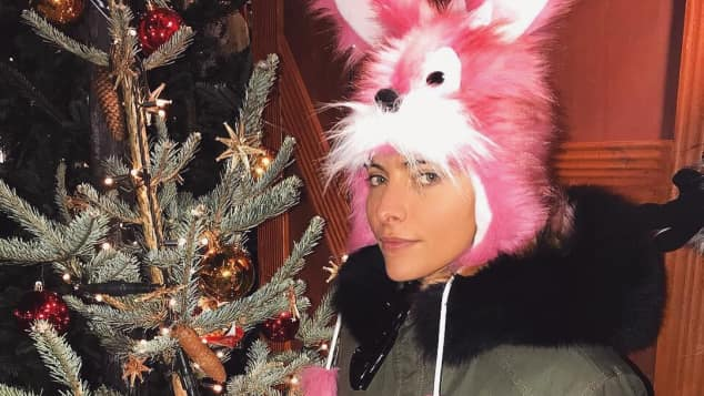 Sophia Thomalla mit interessanter Kopfbedeckung