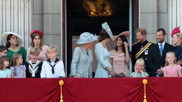 Meghan Markle musste hinter Herzogin Kate stehen