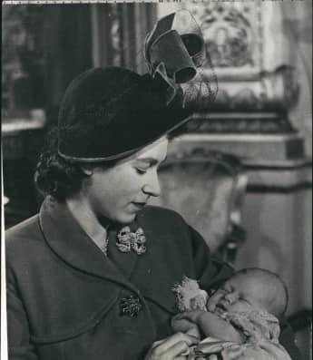Königin Elisabeth II. und Prinz Charles 1948 bei seiner Taufe