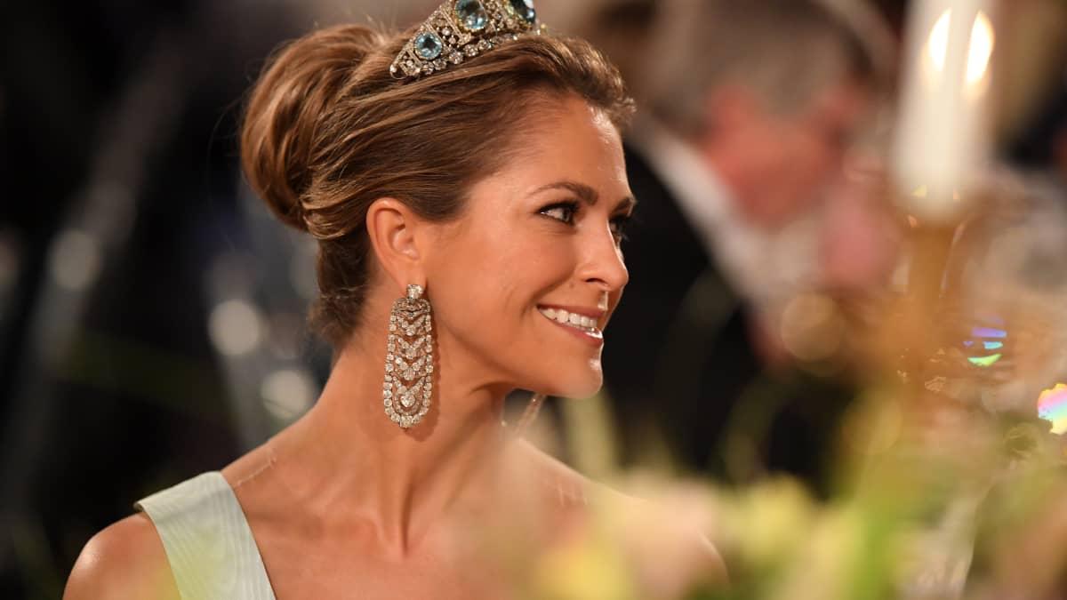 """""""Oben ohne"""" beim Nobelpreis: In Traumroben zeigen Madeleine & Co. ihre schönen Schultern"""