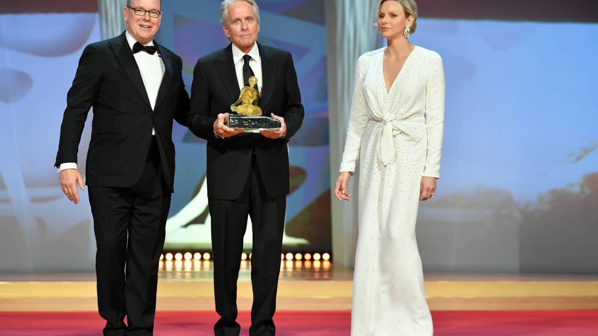Royals: Albert und Charlène von Monaco überreichen Michael Douglas den Golden Nymph Award