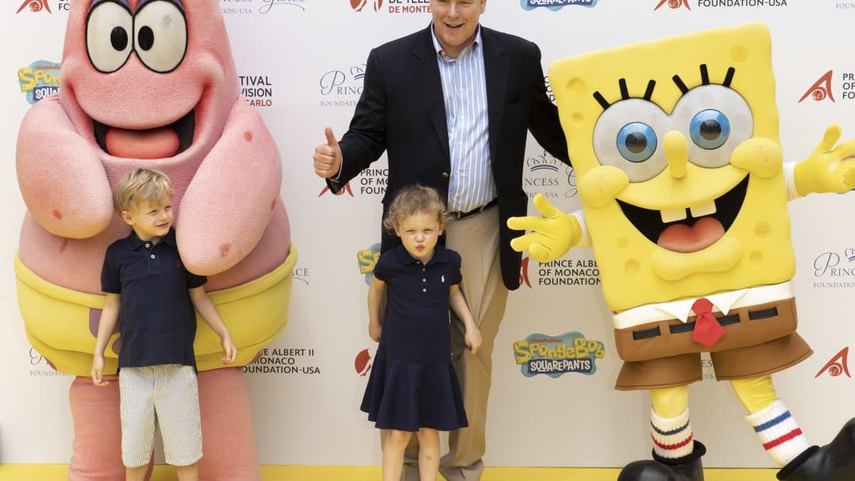 """Prinz Jacques und Prinzessin Gabriella von Monaco haben Spaß mit """"SpongeBob"""""""