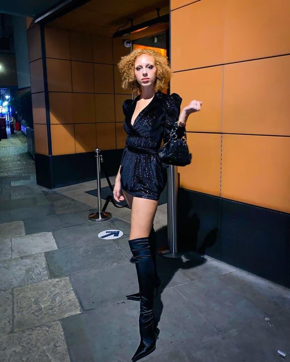 Sexy! So gut sieht Anna Ermakova im Overknee-Look aus