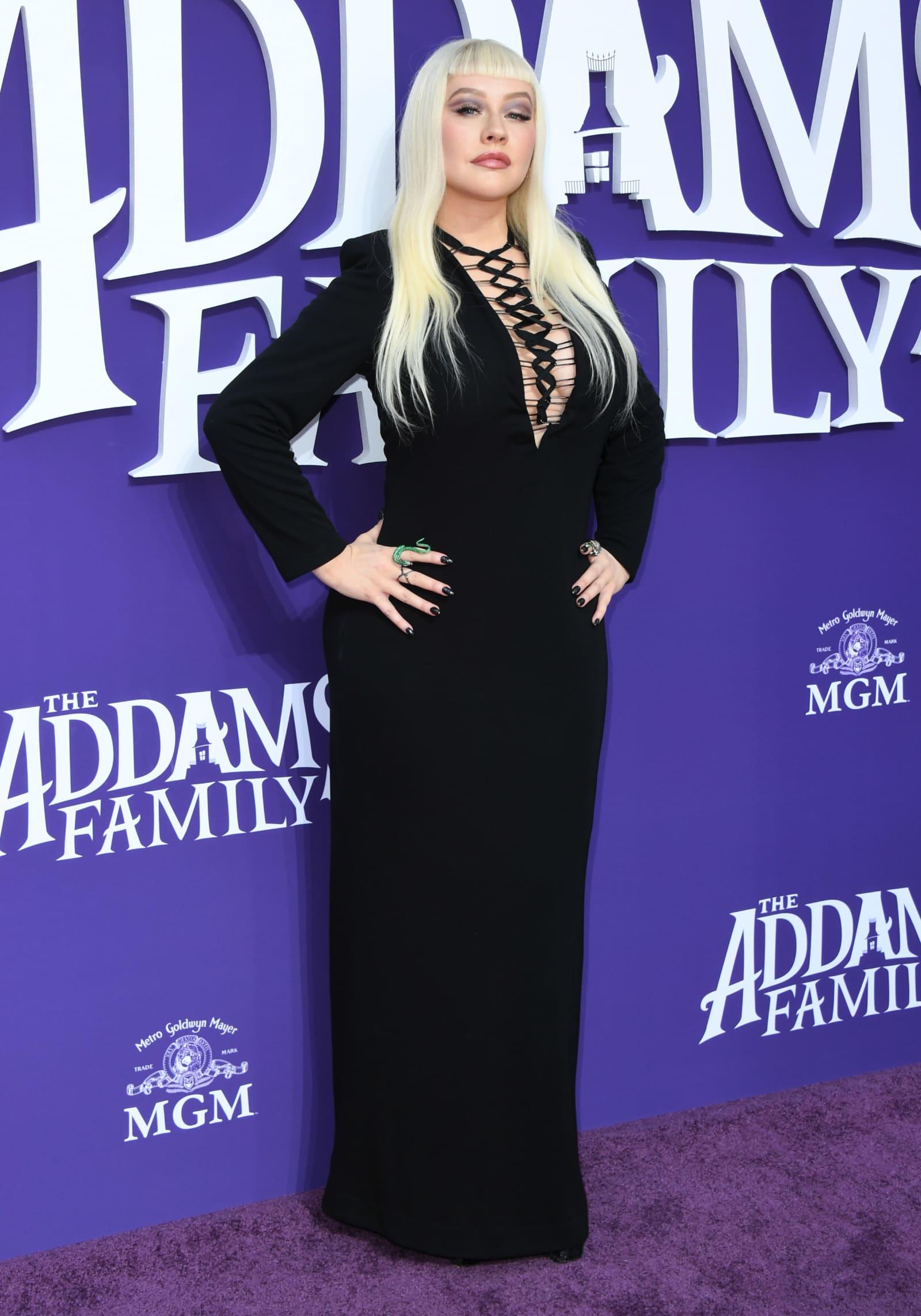 """Christina Aguilera als """"Morticia Addams"""" bei Premiere"""