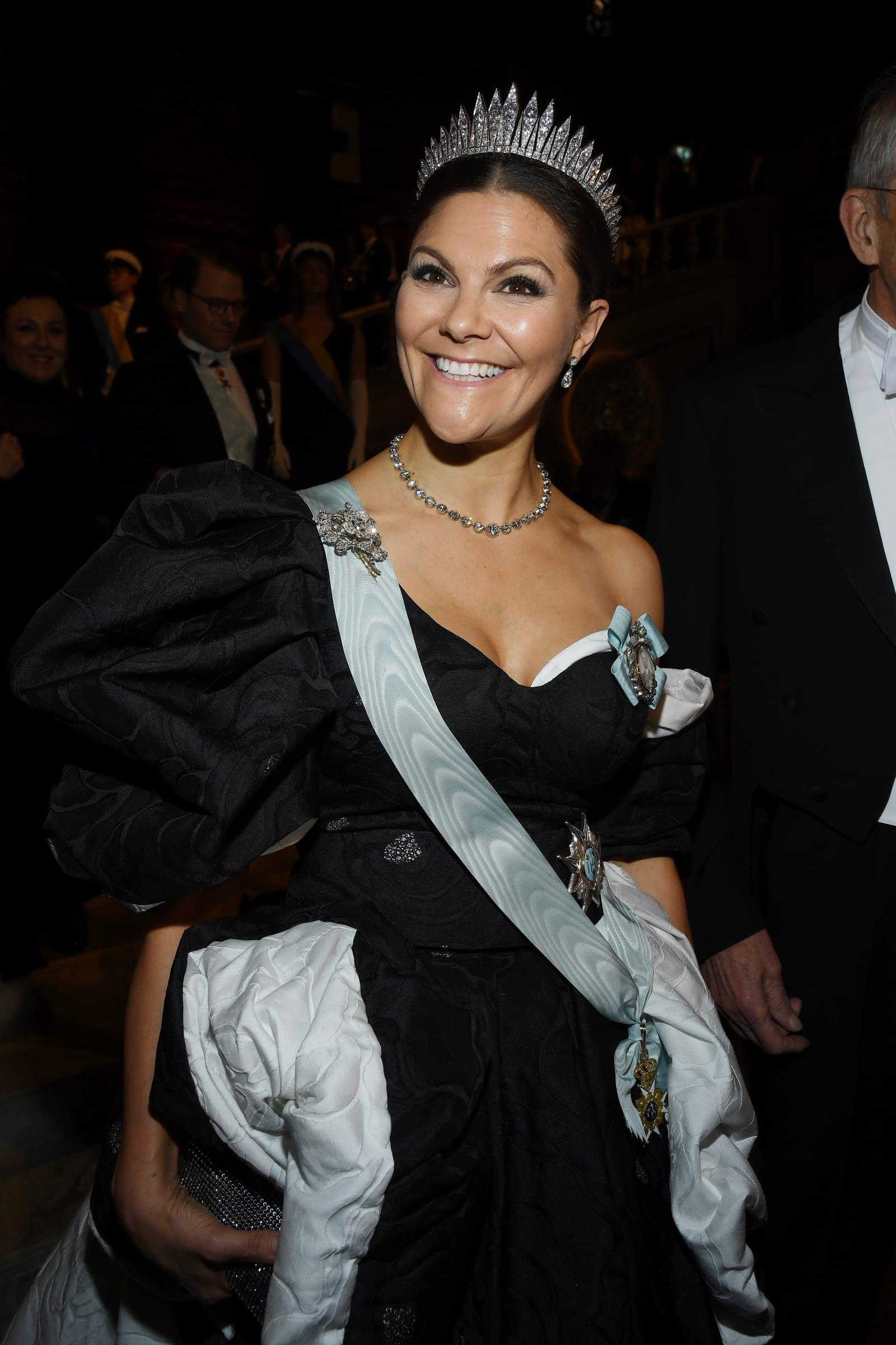 Prinzessin Victoria begeistert im One-Shoulder-Dress beim Nobelpreis