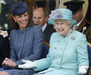 Queen, Die Queen, Herzogin Kate, Herzogin Kate und die Queen, Königin Elisabeth, Die Queen und Herzogin Kate, die Grimassen der Queen, die lustigsten Bilder der Queen, die lustigsten Grimassen der Queen, Queen zieht eine Grimasse, die Queen lacht