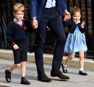 Prinz George Prinzessin Charlotte winkt