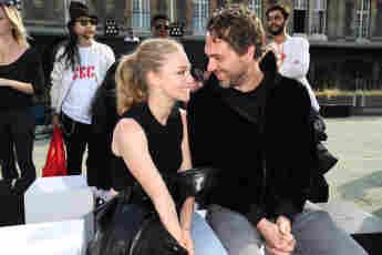 Amanda Seyfried und Thomas Sadoski bei der Pariser Fashion Week