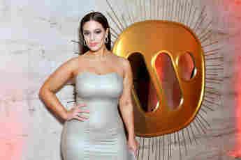 Ashley Graham besucht die Warner Music Group Pre-Grammy Party.