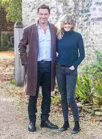 Dominic West und Catherine FitzGerald vor ihrem Haus