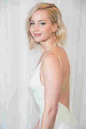 Jennifer Lawrence zeigt ihren Rücken
