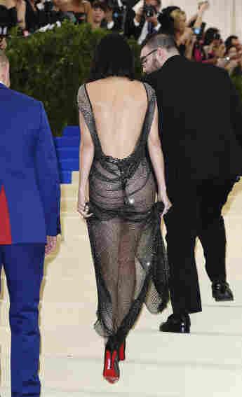 Kendall Jenner in einer Cut-Out-Robe vom Luxe Lingerie Label La Perla auf der Met Gala 2017 in NYC