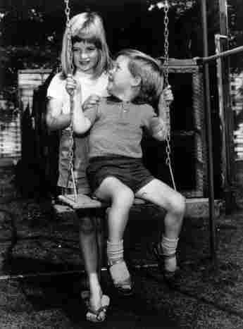 Lady Diana und Charles Spencer schaukeln im Sommer 1967