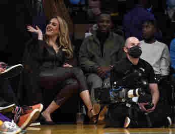 Adele und Rich Paul beim NBA-Spiel der Los Angeles Lakers gegen die Golden State Warriors am 19. Oktober 2021