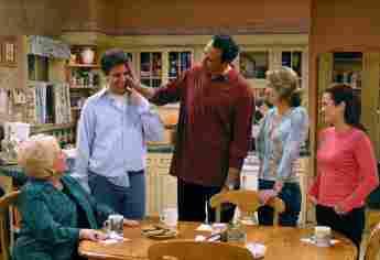 "Doris Roberts, Ray Romano, Brad Garrett, Monica Horan und Patricia Heaton in ""Alle lieben Raymond"" am 13. September 1996"