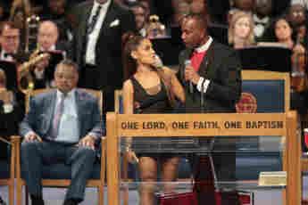 Ariana Grande und Pastor Charles H. Ellis III: Seine unsittlichen Berührungen an der Trauerfeier für Aretha Franklin (†) sorgten für einen Skandal. Später entschuldigte er sich.