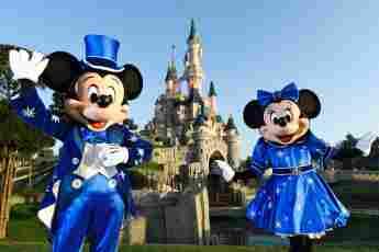 Mickey und Minnie Mouse vor dem Disney-Schloss