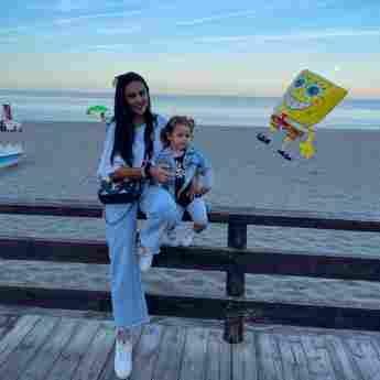 Elena Miras und ihre Tochter am Strand auf Instagram