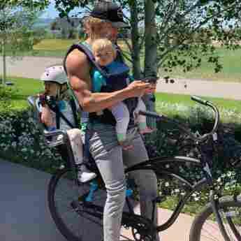 Eric Christian Olsen auf Instagram mit Kindern und muskulösen Armen