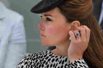 Herzogin Kate mit ihrem Verlobungsring bei einer Zeremonie in Southampton am 13. Juni 2013