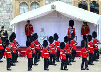 Königin Elisabeth II. bei der Trooping The Colour Parade 2021 im Innenhof von Schloss WIndsor