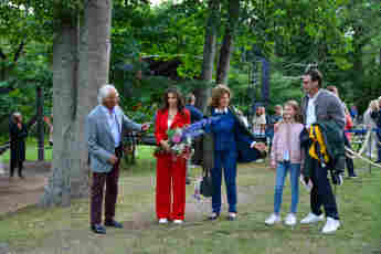 König Carl Gustaf, Königin Silvia, Prinzessin Estelle und Prinz Daniel im Gespräch mit der schwedischen Künstlerin Lena Philipsson bei einem Open-Air-Konzert in Borgholm am 10. Juli 2021