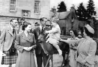König George VI., Prinzessin Elisabeth, Prinz Philip und Prinz Charles in Balmoral im August 1951