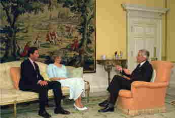 Prinz Charles und Lady Diana während eines Interviews im Kensington Palast