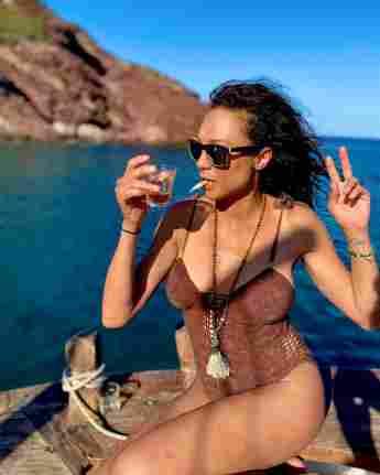 Lilly Becker mit Zigarette, Drink und im Badeanzug auf Instagram