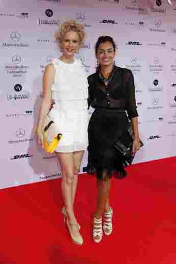 Monica Ivancan und Jana Ina Zarrella gemeinsam auf dem roten Teppich der Mercedes-Benz Fashion Week in Berlin.