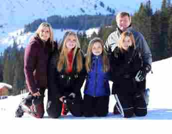 Die niederländische Königsfamilie posiert im Schnee