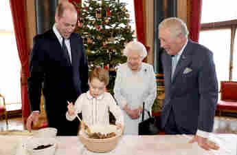 Prinz William, Prinz George, Königin Elisabeth II. und Prinz Charles bereiten im Buckingham Palace Christmas Pudding zu 2019