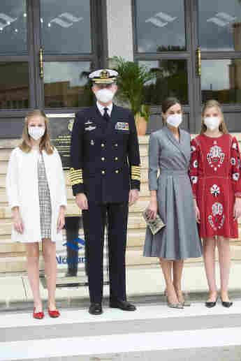 """König Felipe und Königin Letizia von Spanien mit ihren Töchtern Prinzessin Leonor und Prinzessin Sofia am 22. April 2021 bei der Schiffstaufe des U-Bootes """"Isaac Peral"""""""