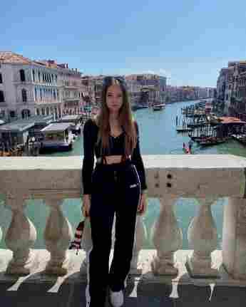 Shania Geiss posiert im Urlaub auf Venedig.