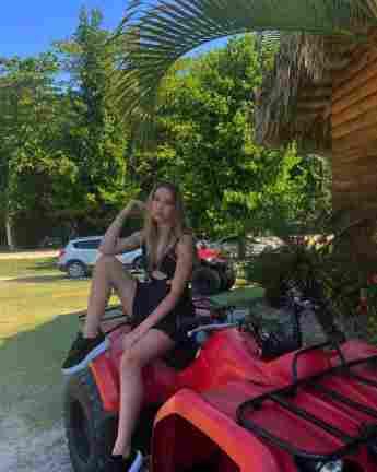 Shania Geiss auf einem roten Quad auf Instagram