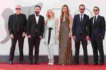 """Pablo Larrain, Kristen Stewart, Janine Jackowski und Juan de Dios Larrain von """"Spencer"""" bei den Filmfestspielen von Venedig am 3. September 2021"""