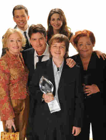 """Die """"Two and a Half Men""""-Stars: olland Taylor, Jon Cryer, Charlie Sheen, Marin Hinkle, Angus T. Jones und Conchata Ferrell"""