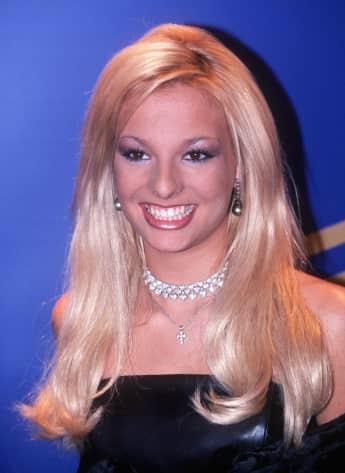 Das helle Blond und das schrille Make-Up mussten weichen: Heute setzt die Schauspielerin auf klassische Eleganz.