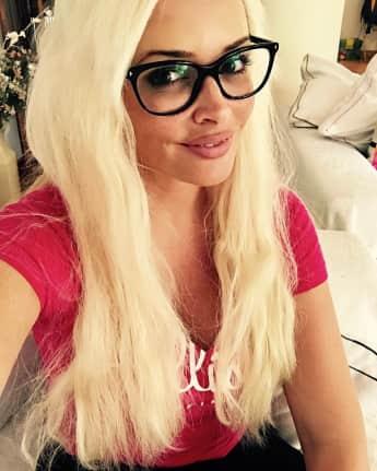 Daniela Katzenberger posiert mit sexy Brille