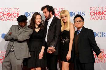 """Der """"2 Broke Girls"""" Cast bei den People's Choice Awards Sitcom Erfolgsserie"""