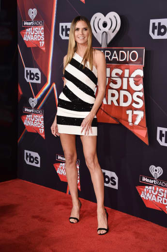 Heidi Klum Outfit Kleid strahlend schön iHeart Music Awards 2017