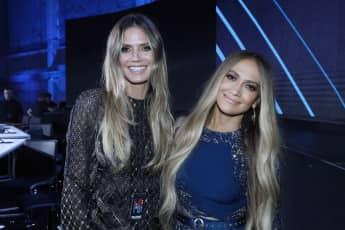 Heidi Klum gut gelaunt neben Jennifer Lopez