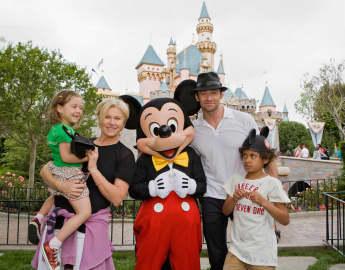 Hugh Jackman mit seiner Frau Deborrah und den Kindern Oscar und Ava im Disneyland