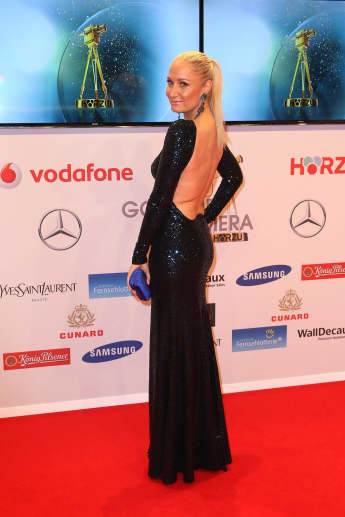 Janine Kunze im rückenfreien Kleid