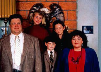 "John Goodman, Laurie Metcalf, Alicia Goranson, Michael Fishman und Roseanne Barr, Sitcom, ""Roseanne"", 1988"