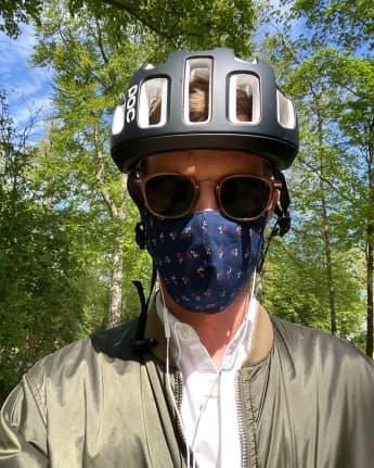 Joko Winterscheidt trägt Mundschutz und Helm