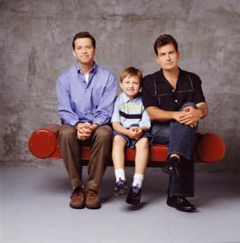 """Jon Cryer, Angus T. Jones und Charlie Sheen aus """"Two and a Half Men"""""""