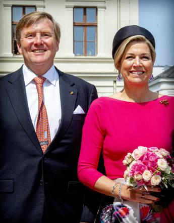 König Willem-Alexander und Königin Máxima vor dem Schloss Schwerin