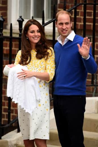 Kate Middleton und Prinz William vor dem St. Mary's Hospital. Noch am gleichen Tag zeigt das royale Paare ihre erste Tochter Charlotte