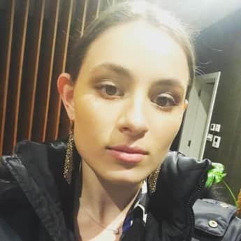 Lily Atkinson ist die hübsche Tochter von Rowan Atkinson